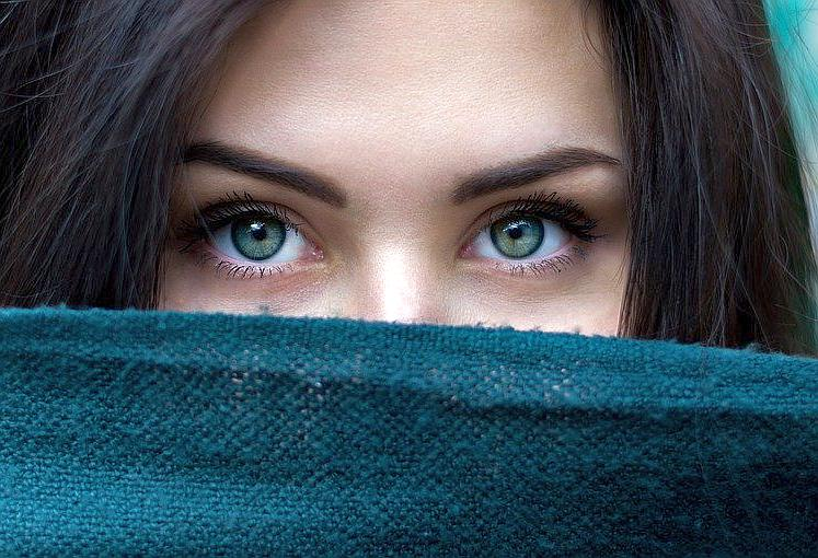 These tips for how to grow eyebrows quickly can get your thick eyebrows back fast.